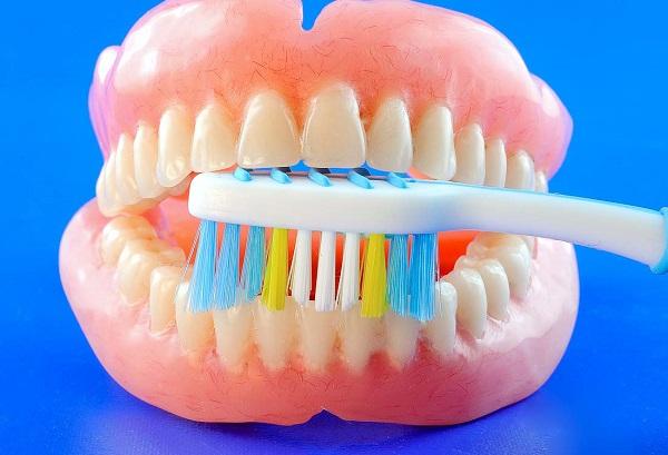 Kur geriausia dėtis dantų protezus